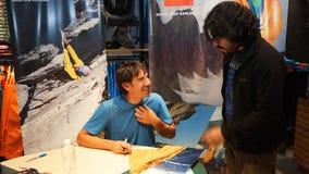 Quito, Pichincha/Ecuador - 21 de octubre de 2015: Autógrafos de firma de Alex Honnold en una tienda de las mercancías que se divi imagenes de archivo