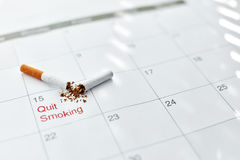 Quittez l'image contre le tabac rendue par Smoking Fermez-vous de la cigarette cassée se trouvant sur le calendrier photographie stock