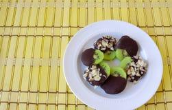 Quivi com cobertura em chocolate fotografia de stock