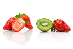Quivi e morangos suculentos em um fundo branco Foto de Stock Royalty Free