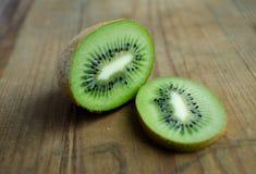 Quivi, greencolor, fruto no fundo de madeira marrom Imagem de Stock