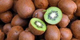 Quivi Quivis orgânicos frescos na cesta feita malha Fatia de fruto de quivi verde colorido com sementes Textura do fundo dos frut fotografia de stock