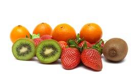 Quivi, tangerina e morangos em um fundo branco Fotografia de Stock Royalty Free