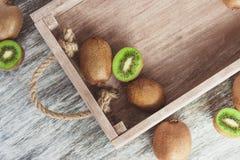 Quivis verdes na bandeja de madeira fotografia de stock