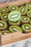 Quivis verdes na bandeja de madeira fotos de stock royalty free