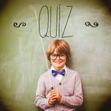 Quiz tegen portret van leuk weinig stok van de jongensholding royalty-vrije stock fotografie