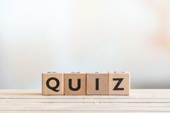 Quizzeichen auf einem Holztisch lizenzfreie stockfotos