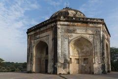Quli Khan Tomb eller det Metcalfe huset i arkeologiska Mehrauli parkerar Royaltyfri Bild