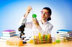 Químico en la experimentación del laboratorio Fotos de archivo