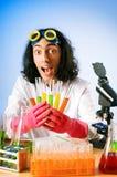 Químico en la experimentación del laboratorio Imagen de archivo libre de regalías