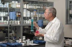 Químico en laboratorio Fotos de archivo libres de regalías