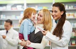 Químico, madre y niño de la farmacia en droguería Imágenes de archivo libres de regalías