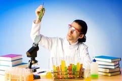 Químico que experimenta con las soluciones Foto de archivo