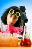 Químico que experimenta con las soluciones Imagen de archivo libre de regalías