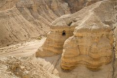 Qumran在死海,以色列附近的纸卷洞 免版税图库摄影