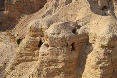 Qumran洞在Qumran国立公园,死海纸卷找到,Judean沙漠远足,以色列 免版税库存图片