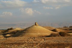 Qumran洞在Qumran国立公园,死海纸卷找到,Judean沙漠远足,以色列 免版税库存照片