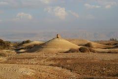 Qumran洞在Qumran国立公园,死海纸卷找到,Judean沙漠远足,以色列 免版税图库摄影