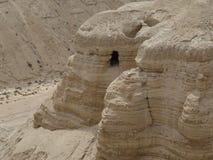 Qumran Israel Cave med snirklar för dött hav Fotografering för Bildbyråer
