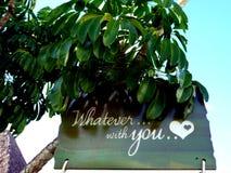 Quoi qu'avec vous écrit sur le message romatic en bois d'amour avec le coeur à l'arbre Image stock
