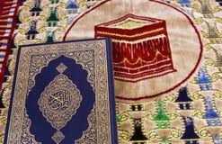 Qur'an和回教祷告地毯 免版税库存照片