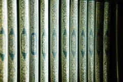 Quran - ιερό βιβλίο μουσουλμάνων, στο ράφι βιβλίων μουσουλμανικών τεμενών Στοκ Εικόνες