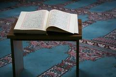 Quran στο μουσουλμανικό τέμενος Στοκ εικόνα με δικαίωμα ελεύθερης χρήσης