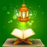 Quran avec la lampe sur le fond d'Eid Mubarak Image libre de droits
