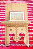 Quran de Warsh ouvert sur un stand en bois Image libre de droits