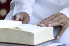 Quran - el libro sagrado del Islam abierto fotos de archivo libres de regalías