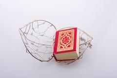Quran islamique de livre sacré dans la mini taille Images stock