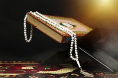 Quran - libro sagrado de musulmanes, en la mezquita imagen de archivo