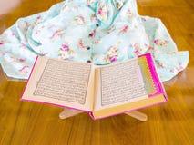 Quran musulmán joven de la lectura de la mujer Foto de archivo libre de regalías