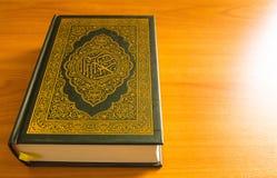 Quran op de houten lijst Royalty-vrije Stock Foto's