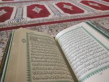 Quran op elegante Perzische dekens - de Arabische tekst met Engelse vertaling Royalty-vrije Stock Foto