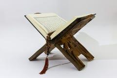 Quran op houten tribune Stock Afbeeldingen