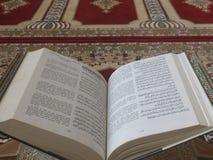 Quran på eleganta persiska filtar - den arabiska texten med engelsk översättning Royaltyfria Bilder