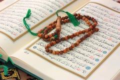 Quran santo con il rosario di legno Fotografie Stock Libere da Diritti