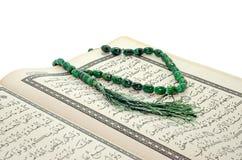 Quran und Rosenbeet der Heiligen Schrift lizenzfreies stockbild