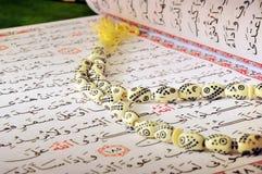 Quran y rosario de ayuno de Ramadan fotografía de archivo