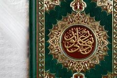 Quranen som betyder formligen recitationen, är den centrala religiösa texten av islam royaltyfria bilder