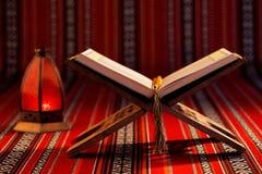 Quranen som betyder formligen recitationen, är den centrala religiösa texten av islam royaltyfri bild