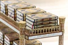 Qurans op plank voor het bidden van binnensheikh zayed grand mosque met blauwe hemel in de ochtend in Abu Dhabi, de V.A.E Stock Afbeelding