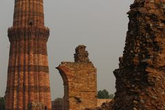 Qutab Minar σύνθετο σε Mehrauli Στοκ Φωτογραφία