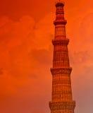 Qutab minar durante puesta del sol Imagen de archivo libre de regalías