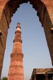 Qutab Minar a través del arco, Delhi, la India Imagen de archivo libre de regalías