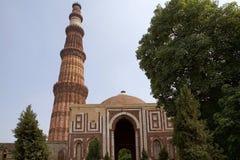 Qutab Minar y Alai Darwaza, Delhi, la India imagenes de archivo