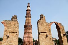 Qutb Minar με τις πρώτο πλάνο αψίδες, Δελχί στοκ εικόνα
