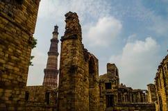 Qutb Minar и старые руины Стоковые Изображения