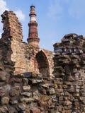 Qutb Minar door zijn ruïnes, Delhi, India wordt omringd dat Royalty-vrije Stock Afbeeldingen